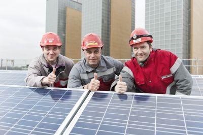 enercity - Elektriker mit PV-Anlage auf dem Dach des UW Linden 2012-12-20
